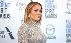 Jennifer Lopez nadrágja tiszta lyuk, így is szétvetett lábakkal pózol - fotó