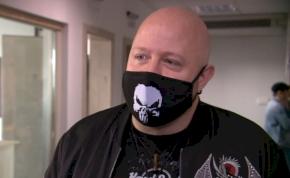 Egy kopasz rocker srác nyerte a Sláger FM első tehetségkutatóját – videó