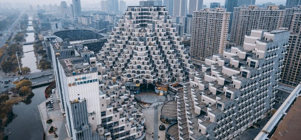 Lenyűgöző képek! Piramis formájú panelekben élnek Kínában