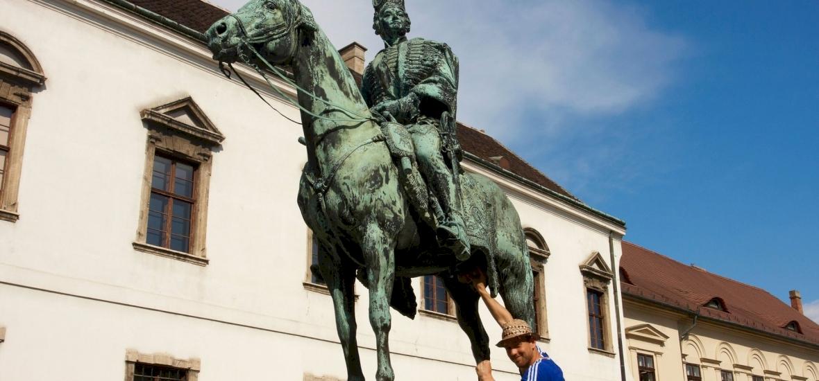 Egy ló heréjét fogdossa a magyar fiatalság