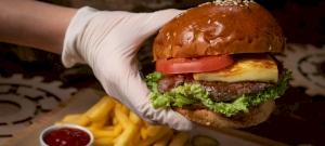 Hamburgerezés miatt jelentették fel a mentősöket – Most ingyen kapják a finomságot!