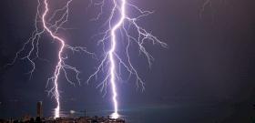Pillanatok alatt darabokra szedte a villám az óriási fenyőfát – videó