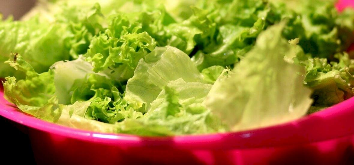 Egyszer csak előbukkant valami a csomagolt saláta zacskójából