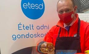 Győrfi Pált beállították hamburgert készíteni