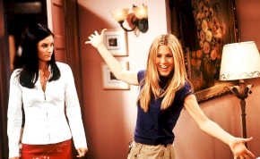 Jennifer Aniston olyan szexi pózba vágta magát az irodájában, hogy nem tudunk elmenni a látvány mellett – fotó