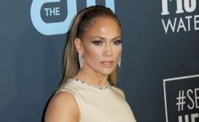 Jennifer Lopez testét alig takarta valami, amikor a rajongói elé lépett - videó