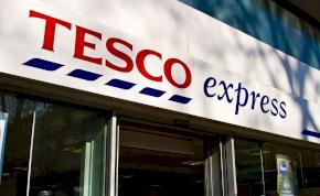 Kirúgták a Tesco egyik futárát, mert otthon ment el vécére - 7 millió forint kárpótlást kapott
