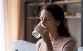 A vízivás valóban csökkenti COVID-19 vakcinák mellékhatásait?