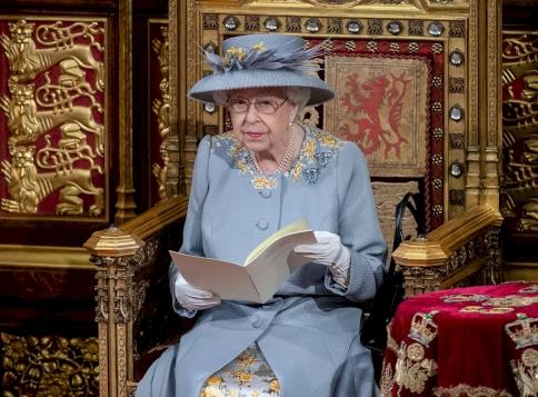 II. Erzsébet királynő erre a döntésre szánta el magát
