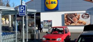 """Botrány: """"undorító"""" bogárra harapott egy Lidl-ben vásárolt joghurtban, majd óriási hisztit csapott egy férfi"""