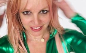 Melltartó nélküli dekoltázst villantott a 39 éves Britney Spears