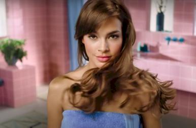 Tudod, ki az a szexi nő abban az avokádós sampon reklámban? Így néz ki valójában