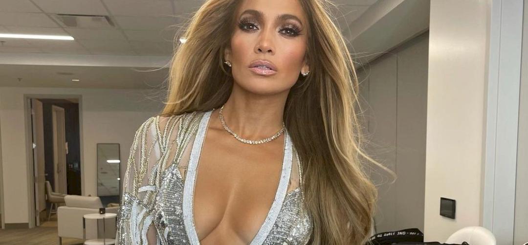 Jennifer Lopez három rendőrrel szexizett egy forró képen