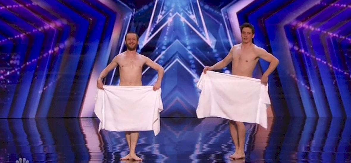 Két férfi meztelenül hódította meg emberek millióit a tévében – Videón az elképesztő produkció