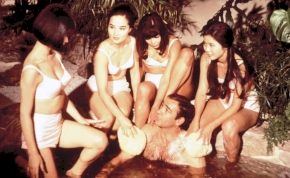 Csak kétszer élsz - és két japán pucér nővel! James Bond-féle retroerotika a Playboytól