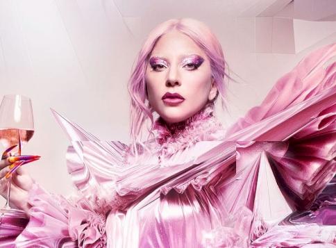 Lady Gaga szexistennőként mutatta meg formás testét egy falatnyi bikiniben - videó