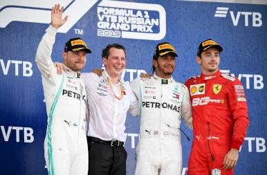 Lewis Hamilton ölébe hullott a győzelem