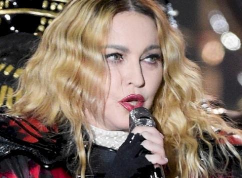 Madonna egy kanapéd tette szét lábait, mutatta meg bugyiját