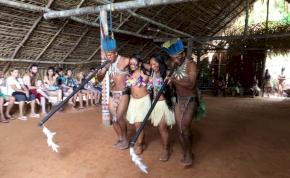 """Az amazonasi pirulós delfin és az indián """"tábor"""""""