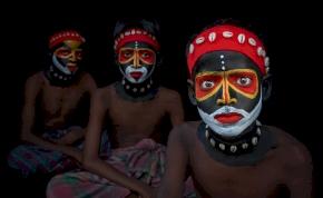 Miért festik be az indiai fiúk az arcukat?