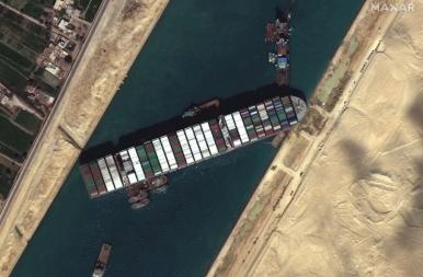Sikerült kiszabadítani a Szuezi-csatornát elzáró teherhajót