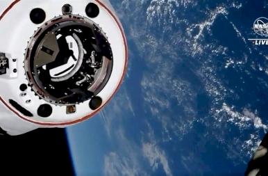 Hogy dokkol be egy űrhajó a világűrben? Képeken mutatjuk a a SpaceX bravúrját