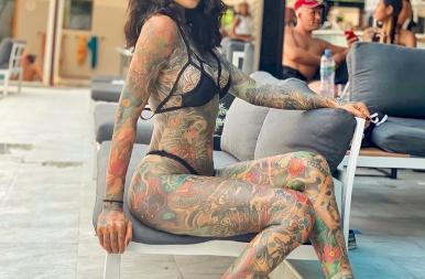 A tetőtől talpig tetovált modell, akiért megőrülnek a férfiak – 18+ képek