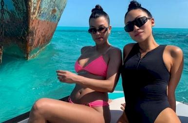 A Kardashian lányok szexizés közben mutatják meg, milyen fürdőruhát válassz idén nyáron