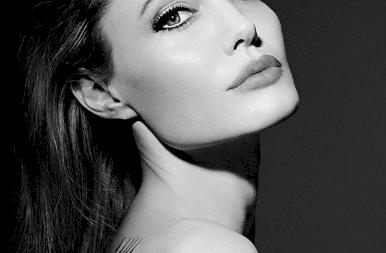 Meztelen képek a 46 éves Angelina Jolieról - 18+