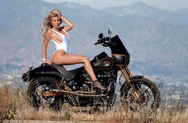 Glamour modell, vizes póló, Harley Davidson! Mi kellhet még? 18+
