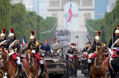 Visszatért a Bastille-napi katonai parádé, még az ég is francia színekben díszelgett! – fotók